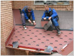 Installation of a bituminous tile