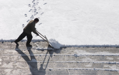 Snow cleaning manually