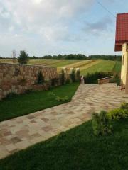 Оформление газона возле дома