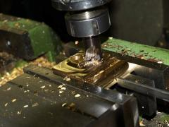 Фрезерные работы максимальные размеры устанавливаемой детали Н-400 мм, L-800 мм, В-300 мм.