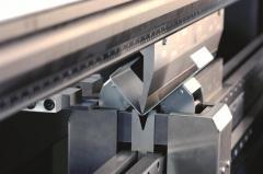 Услуги по изправяне и рязане на метални листове