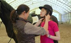 Экскурсия на конюшню и профессиональный урок верховой езды в крытом манеже