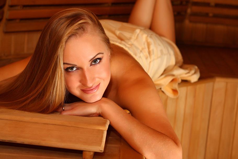 Симпатичная блондинка шалит в сауне в одиночестве  225312