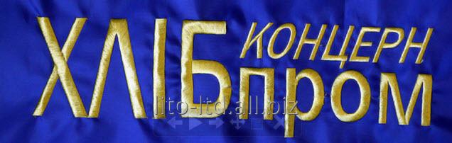 mashinnaya_ili_kompyuternaya_vyshivka_na_kepkah_na_lyubyh_tkanyah_gotovyh_izdeliyah_futbolkah_etno_vyshivka_vyshivka_shevronov_shnurom_i_pajetkami_naneseni