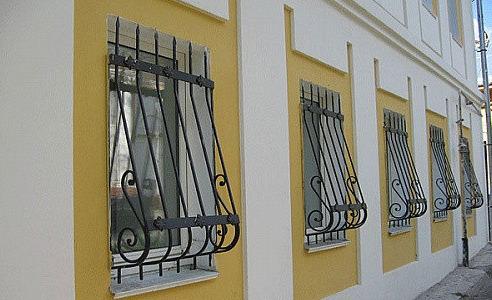 izgotovlenie_i_ustanovka_reshetok_na_okna_i_balkony_iz_metalla_kovanyh_reshetok_vazonov_dlya_czvetov_pod_zakaz