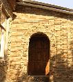 Фасад здания из природного `камня-дикаря` (песчаника)