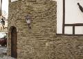 Фасад здания из природного `камня-дикаря` (песчаника). Услуги по обтесыванию камня