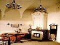 Типичные мебельные изделия готического стиля дизайна интерьера: высокие...